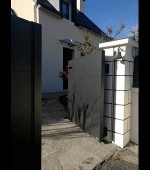 Zoom sur l'ouverture du portail alu BARRO avec des vantaux en 2/3-1/3