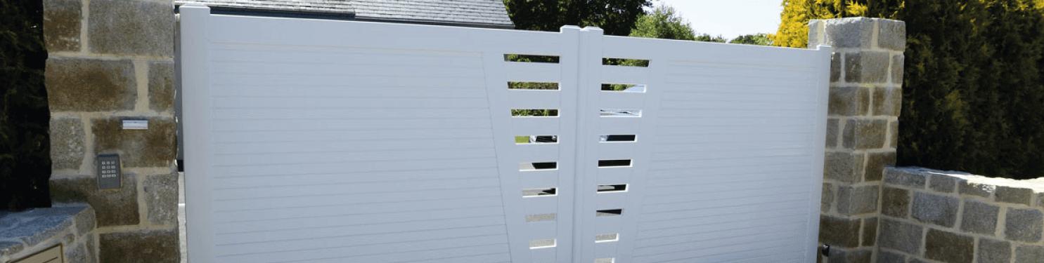 Portail PVC battant design sur mesure | LMC Ouvertures
