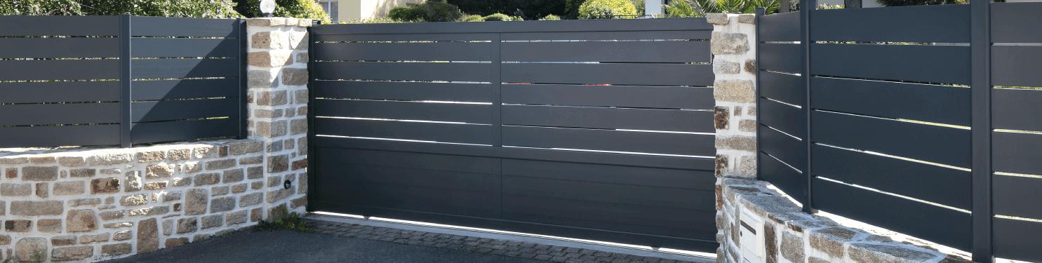 Portail aluminium coulissant moderne sur mesure | LMC Ouvertures
