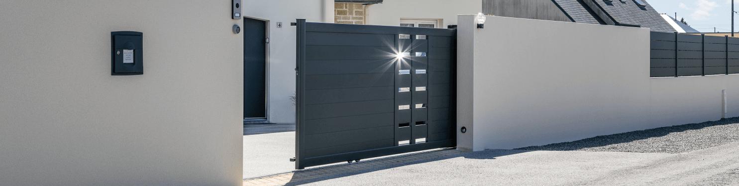 Portail coulissant design aluminium sur mesure | LMC Ouvertures